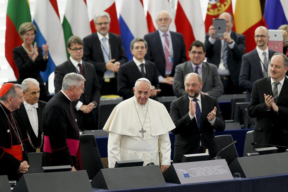 El Papa Francisco es aplaudido al término de su discurso al Parlamento Europeo, 25 noviembre 2014