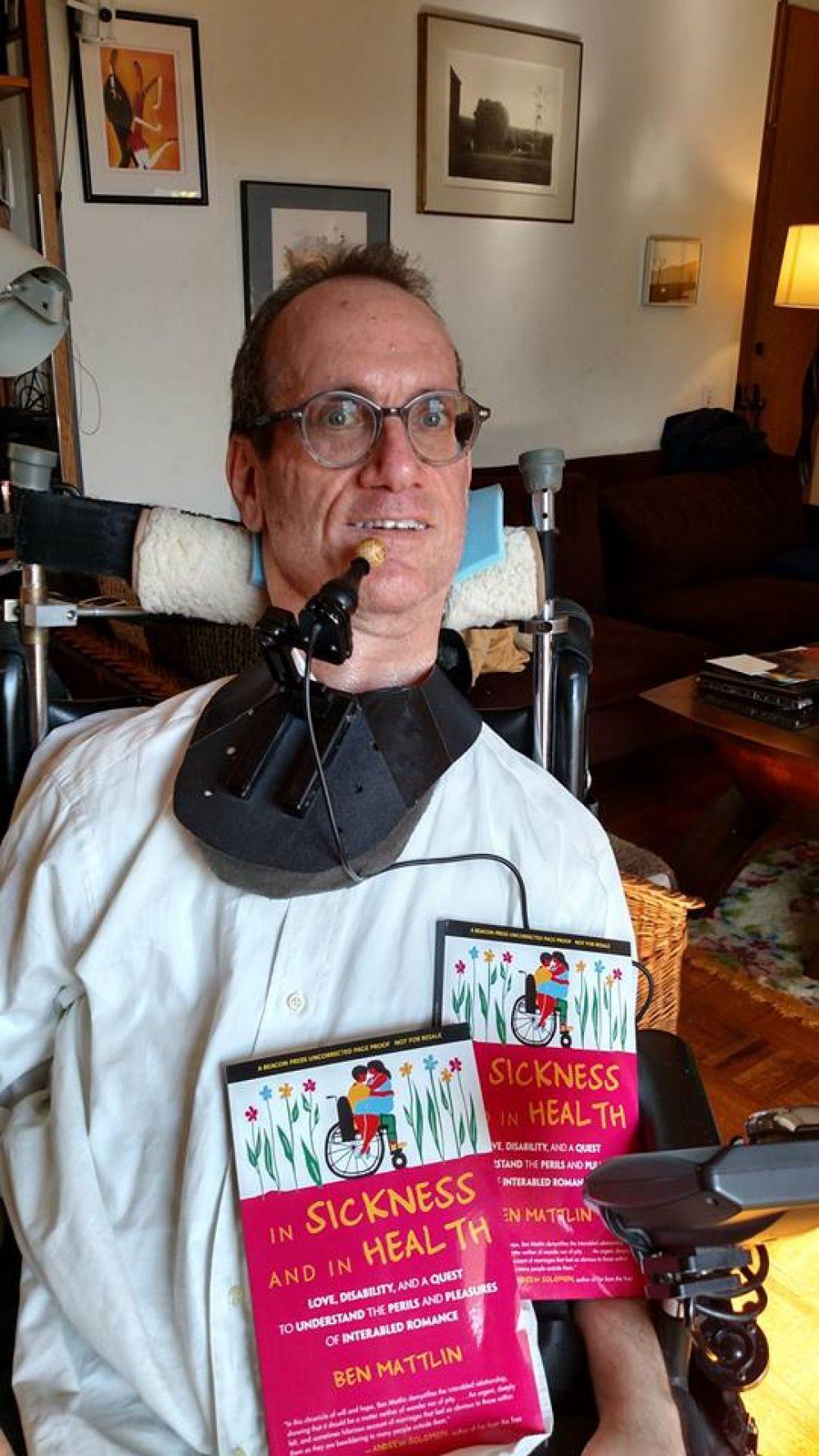 Ben Mattlin con uno de sus libros